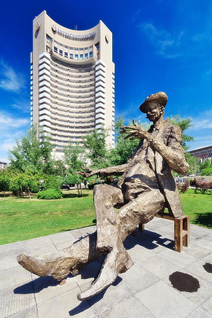 Caragiale Statuen und Intercontinental Hotel