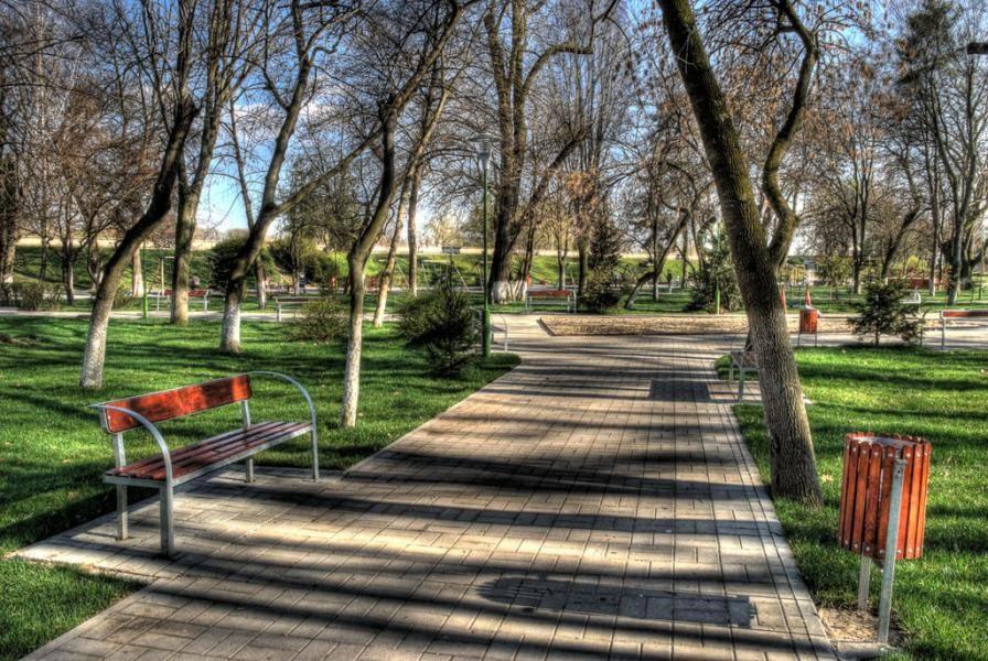 Skulpturenpark am Ufer des Flusses Mureș
